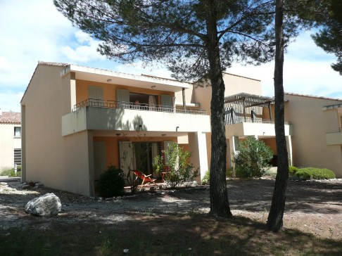 Appartement avec terrasse sur un golf en provence saumane for Club piscine lafontaine