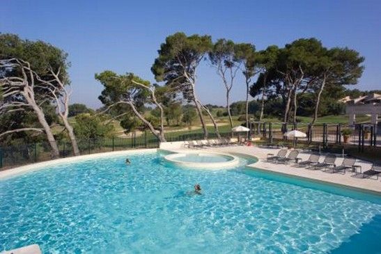 Appartement sur un golf dans le luberon ventes immobilier for Club piscine lafontaine